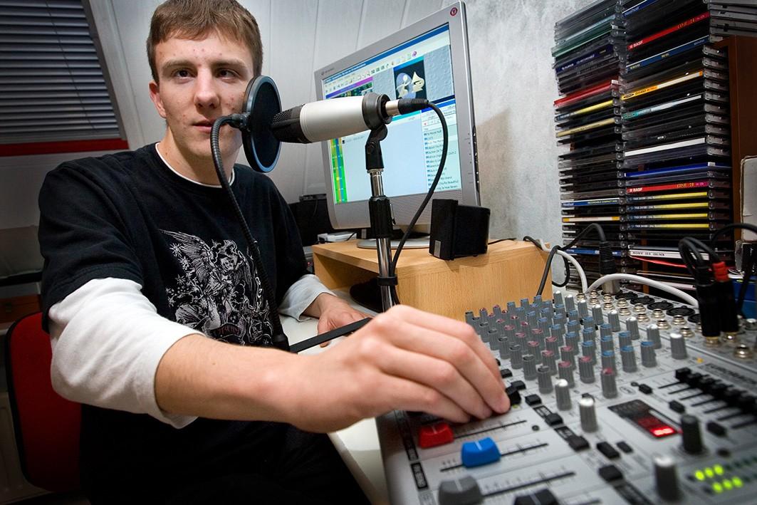 Foto in studio Den Bosch - DJDakrster achter de knoppen en microfoon
